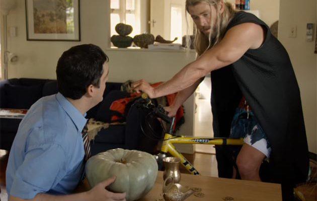 Uusi Team Thor -lyhäri: Chris Hemsworthin idioottijumala haluaa maksaa vuokransa kurpitsalla