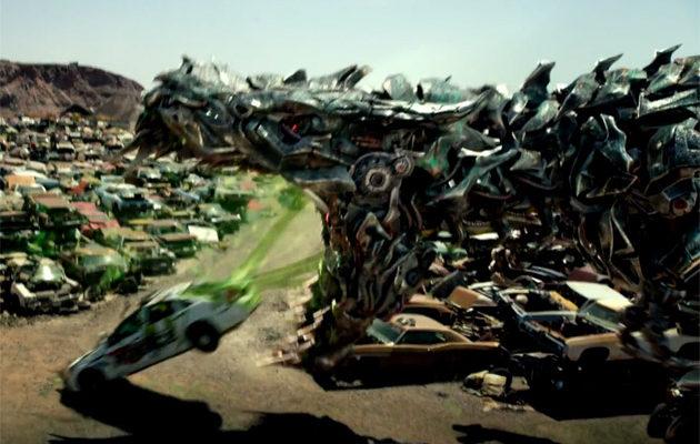 Michael Bay se ei petä: Robottidinosaurus oksentaa auton Transformers 5:n trailerissa