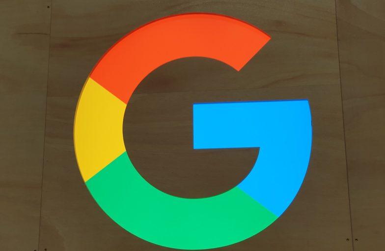 Googlen logo seinässä
