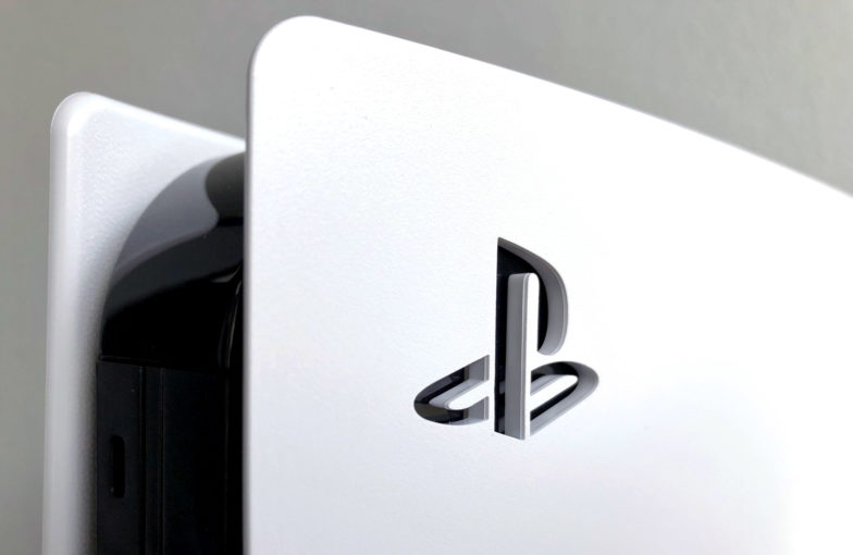 PlayStationin Logo PlayStation 5:n kyljessä