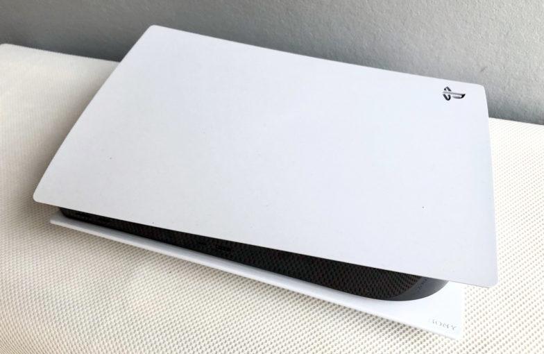 PlayStation 5 pöydällä